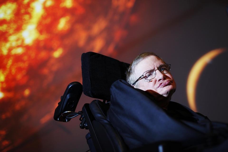 """Imagem de Stephen Hawking: """"buracos negros pode ser passagens para outra dimensão"""" no tecmundo"""