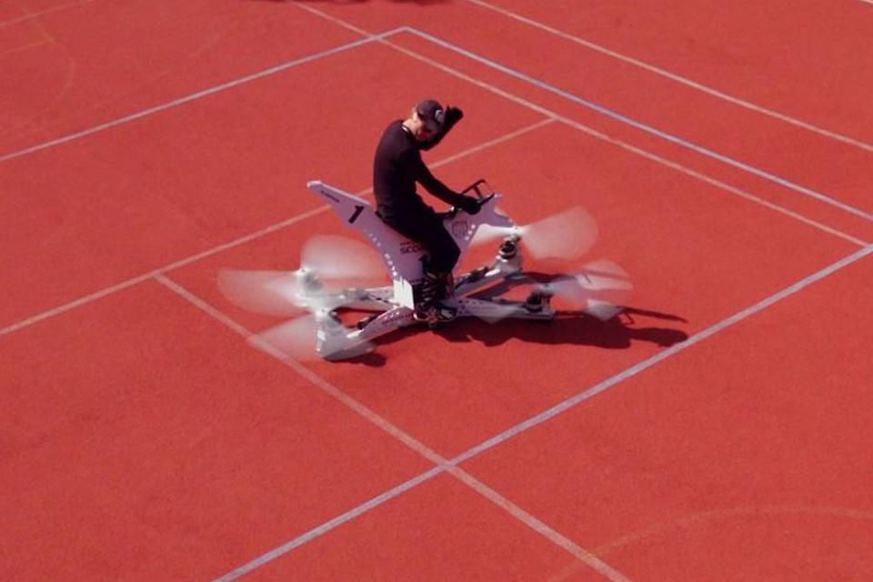 """Imagem de Empresa russa demonstra """"moto voadora"""" que chegaria a até 100 km/h no tecmundo"""