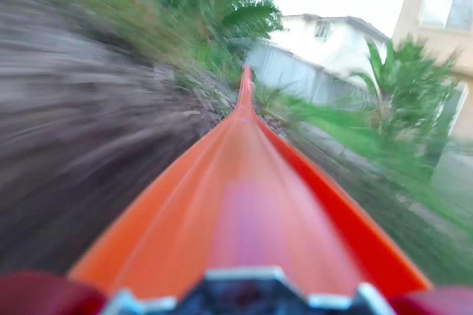 Imagem de Venha dar um passeio insano dentro de um carrinho Hot Wheels [vídeo] no tecmundo