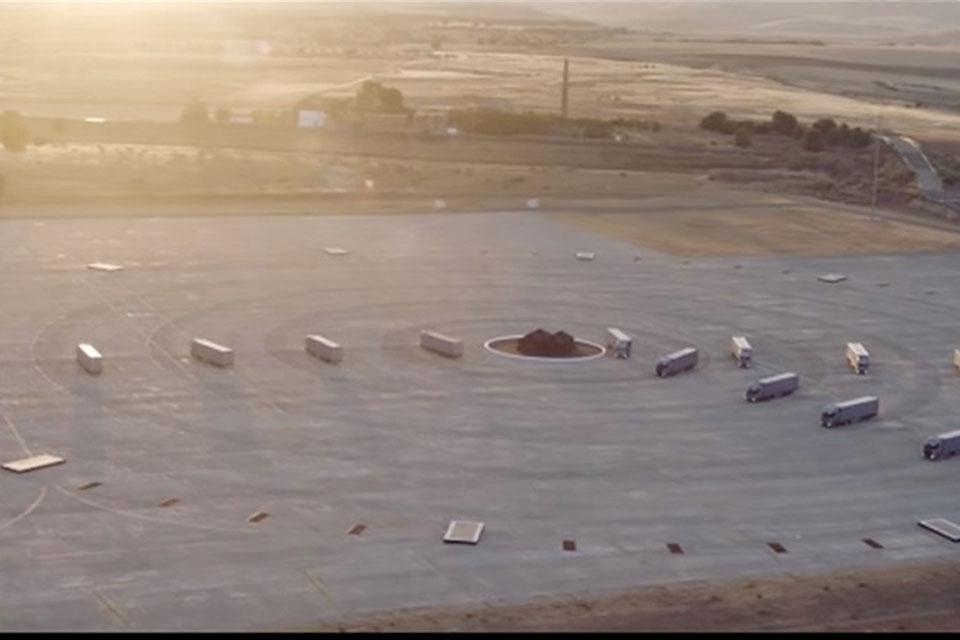 Imagem de Deslumbre: esse relógio gigante visto de cima tem caminhões como ponteiros no tecmundo