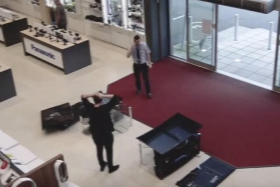 Imagem de O triste vídeo do cliente que espatifou R$ 20 mil em TVs no Reino Unido no tecmundo