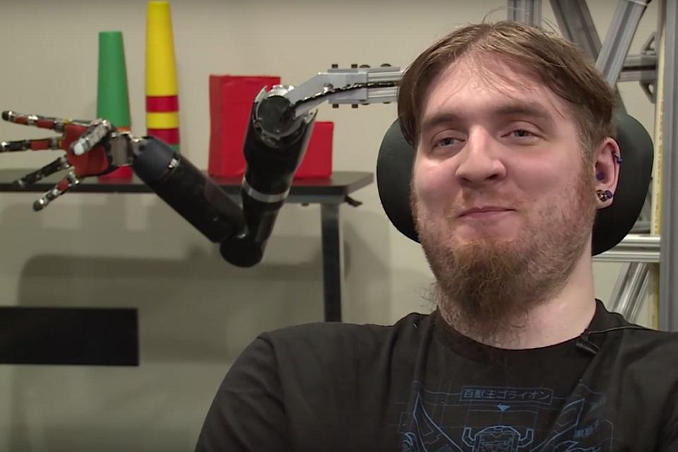 Imagem de Histórico: homem tetraplégico sente toque após implante de chip cerebral no tecmundo