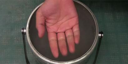 Imagem de O que acontece se você mergulhar as mãos em nitrogênio líquido? [vídeo] no site TecMundo