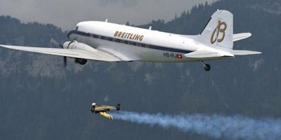 Imagem de Jetman: homem voador fica lado a lado com avião [vídeo] no site TecMundo