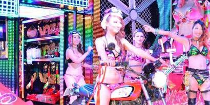 Imagem de Bar japonês mistura grandes robôs com mulheres em shows futuristas no site TecMundo