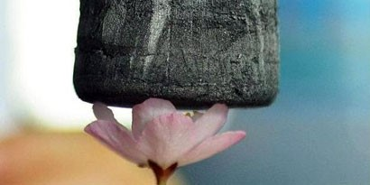Imagem de Esponja de grafeno torna-se o material sólido mais leve do mundo no site TecMundo