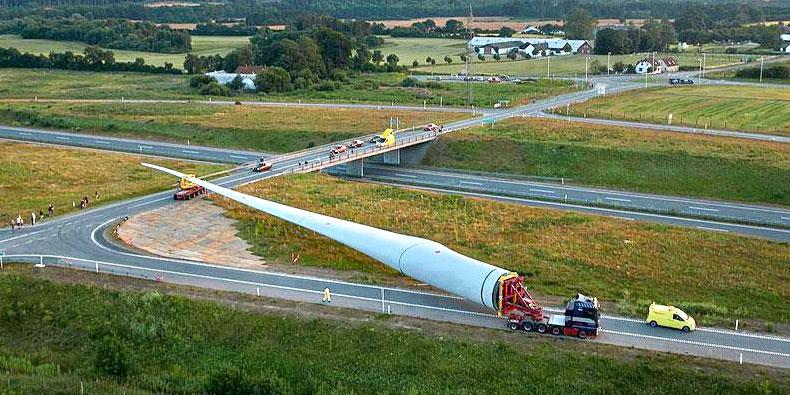 Imagem de Lâmina de turbina eólica de 83 metros é transportada por caminhões no site TecMundo
