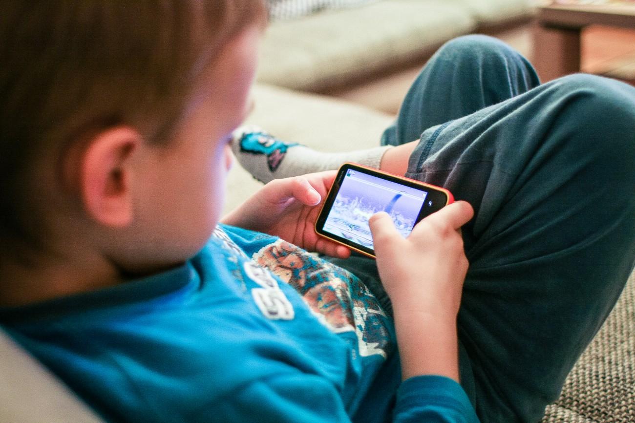 Resultado de imagem para fotos de crianças usando celular