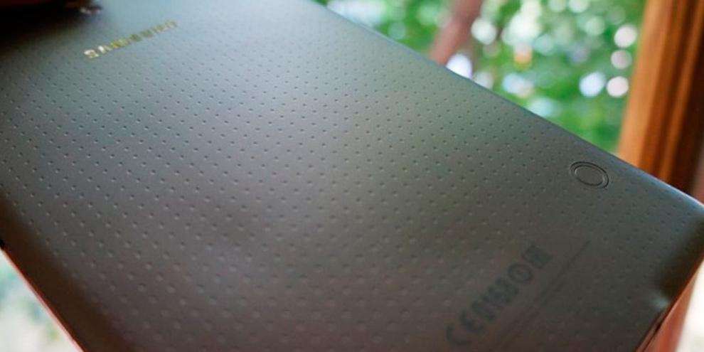Imagem de Tampa traseira do Galaxy Tab S fica deformada devido superaquecimento no site TecMundo