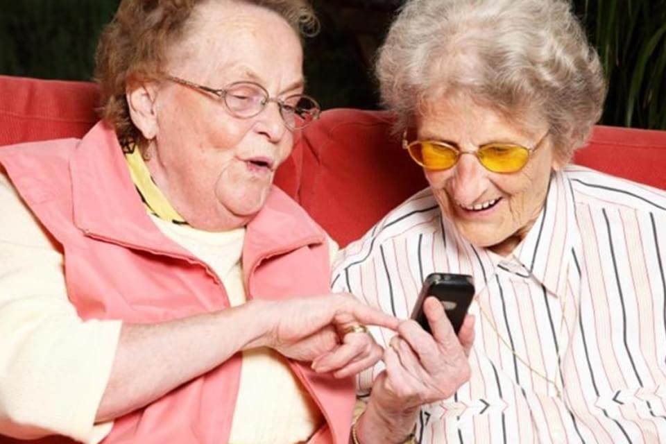 Imagem de Que tal presentear seus avós? Conheça os celulares ideais para os velhinhos no site TecMundo