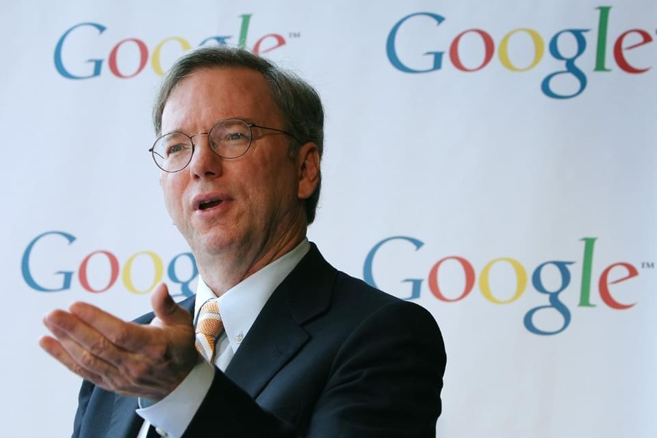 Imagem de Eric Schmidt, da Google, diz que Steve Jobs é um dos seus heróis  no site TecMundo