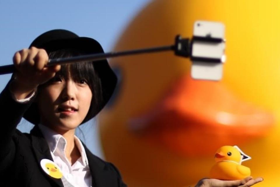 Imagem de Pau de Selfie começa a ser proibido em museus de todo o mundo no site TecMundo