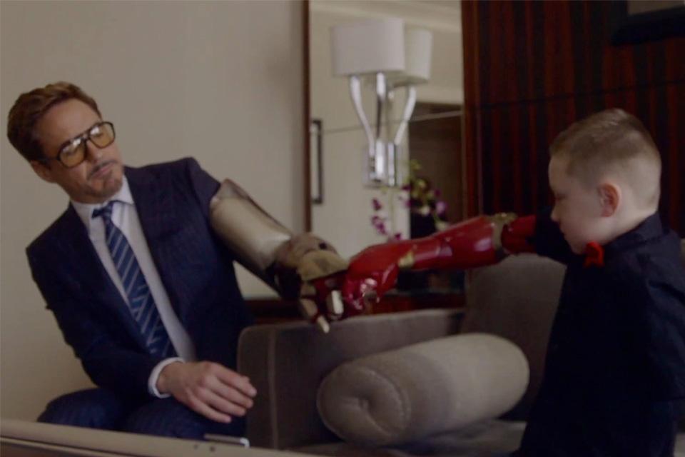 Imagem de Robert Downey Jr entrega 'prótese do Homem de Ferro' para garoto especial no site TecMundo