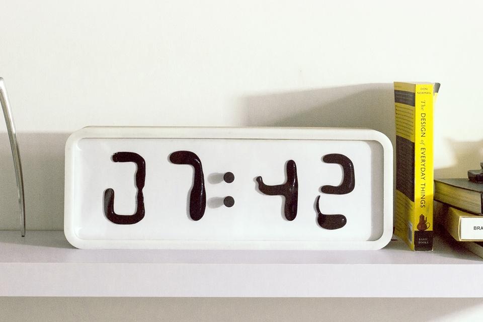 Imagem de Feito com imãs, relógio de ferrofluido mostra as horas literalmente fluindo no tecmundo