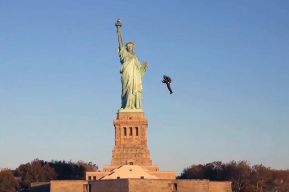 Imagem de Australiano pilota jetpack próximo da Estátua da Liberdade [vídeo] no tecmundo