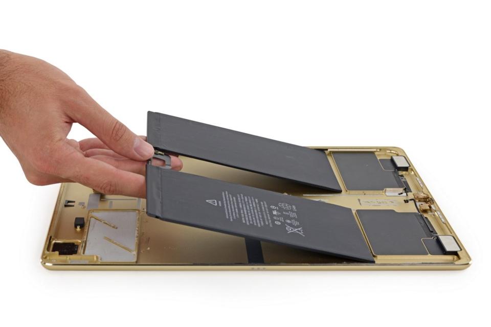 """Imagem de iPad Pro é """"dissecado"""" e revela hardware elegante e de difícil reparo; veja no tecmundo"""