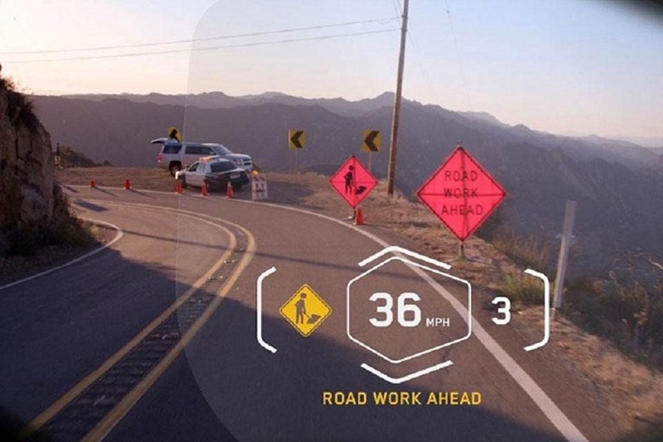 Imagem de BMW apresenta capacete com HUD de informações na viseira no tecmundo