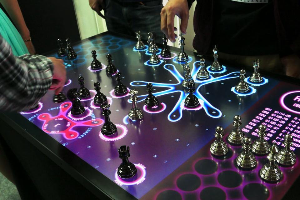 Imagem de Esse tabuleiro de xadrez é, sem dúvidas, a definição de futuro [vídeo] no tecmundo