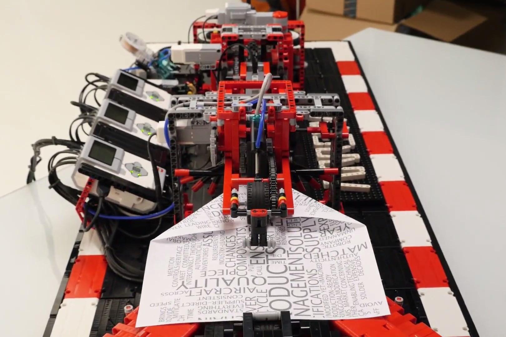 Imagem de Vídeo: máquina feita de Lego dobra e lança aviões de papel no tecmundo