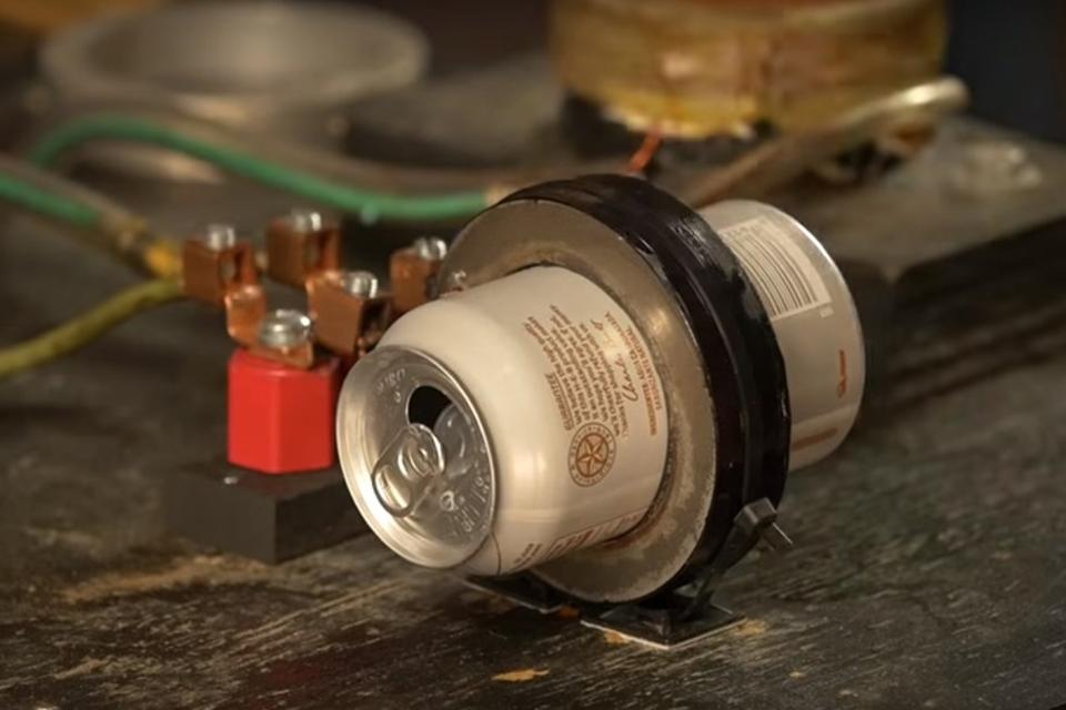 Imagem de Veja como explodir uma lata ao meio com eletromagnetismo no tecmundo