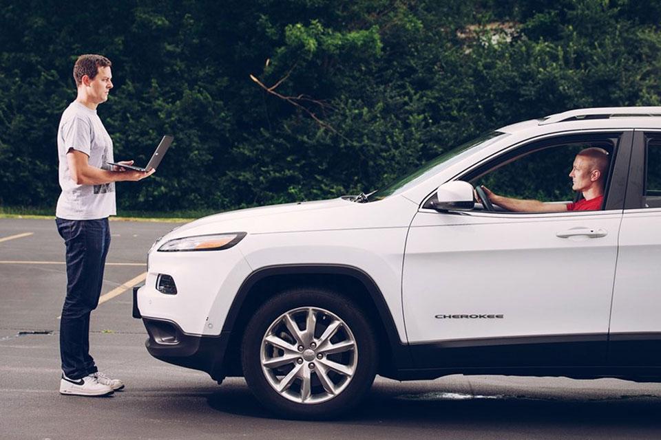 Imagem de Fiat Chrysler está pagando para hackers encontrarem falhas em seus carros no tecmundo