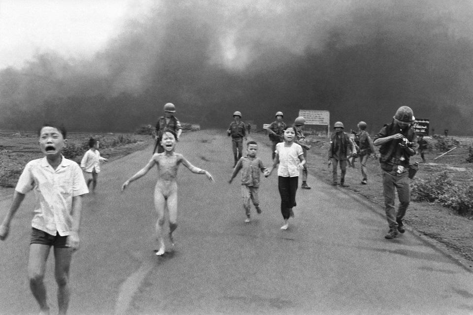 Imagem de Facebook apaga foto famosa da Guerra do Vietnã e recebe críticas pelo mundo no tecmundo