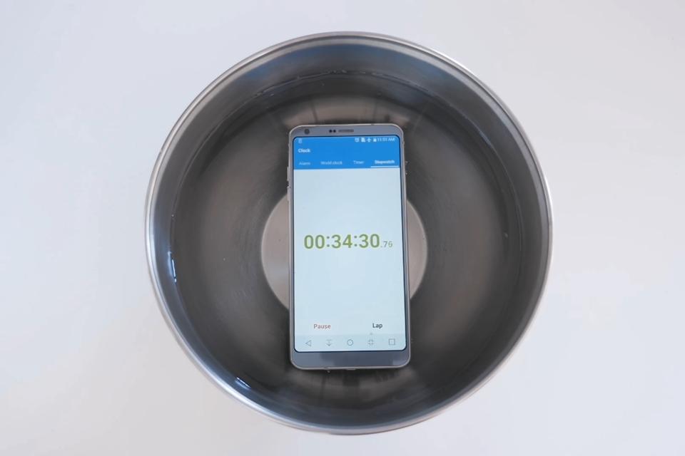 Imagem de Será que um LG G6 consegue sobreviver à meia hora debaixo d'água? [Vídeo] no tecmundo