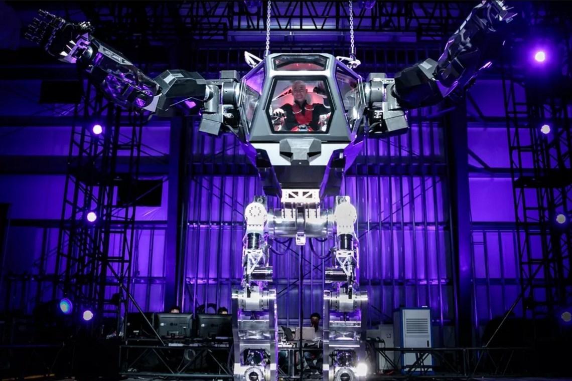 """Imagem de Veja Jeff Bezos, CEO da Amazon, """"pilotando"""" um robô gigante no tecmundo"""