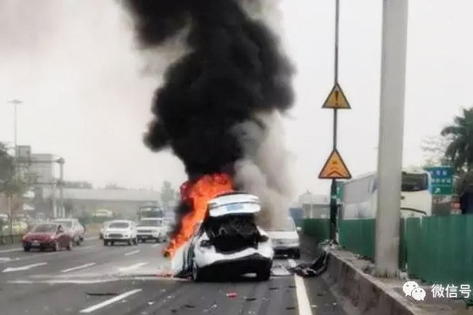 Imagem de Falha em Tesla força dona sair arrastada pela frente do carro em chamas no tecmundo