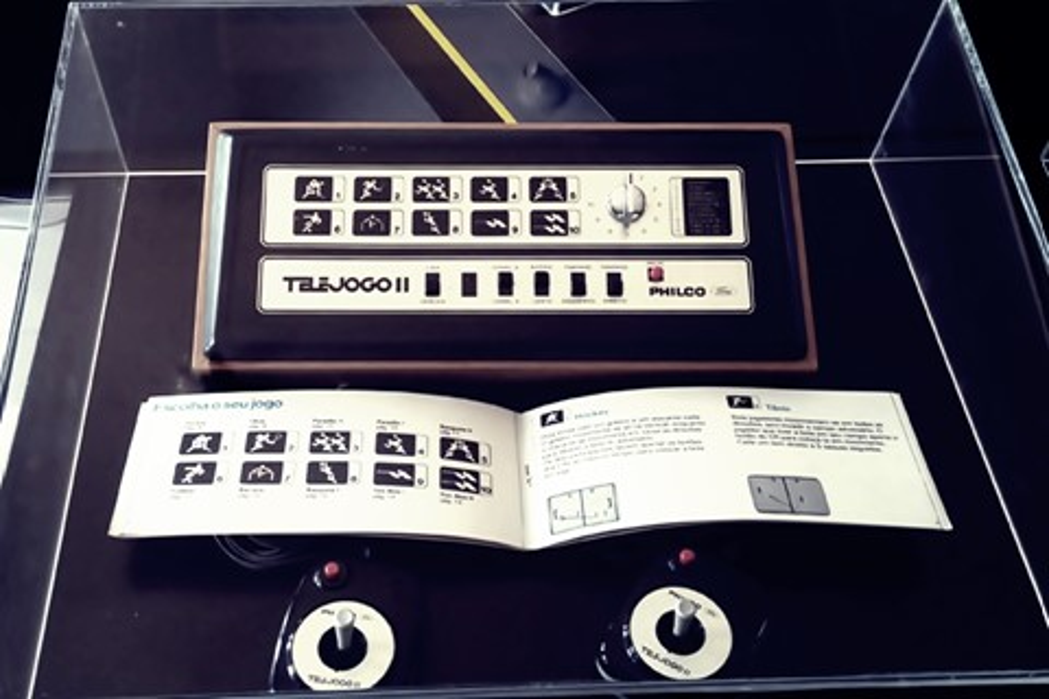 Imagem de Exposição é montada com eletrônicos da década de 30 que seriam jogados fora no tecmundo