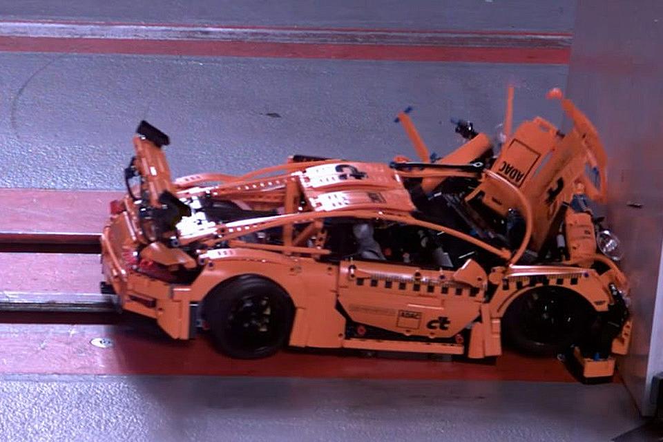 Imagem de Alguns gênios resolveram destruir um Porsche de LEGO por pura diversão no tecmundo