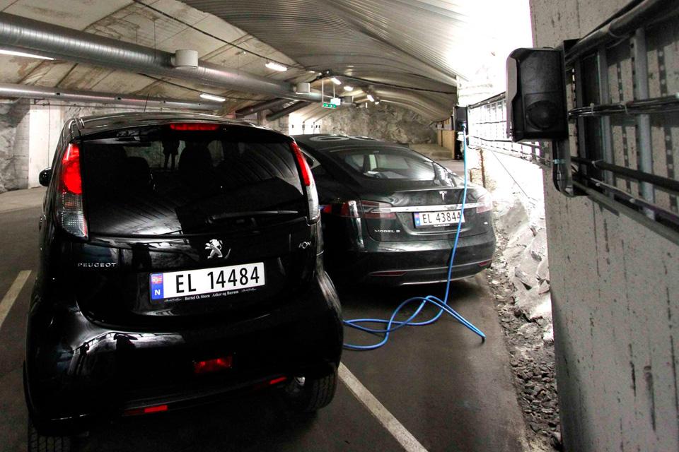 Imagem de Qual país que está mais acelerado na adoção dos carros elétricos? no tecmundo