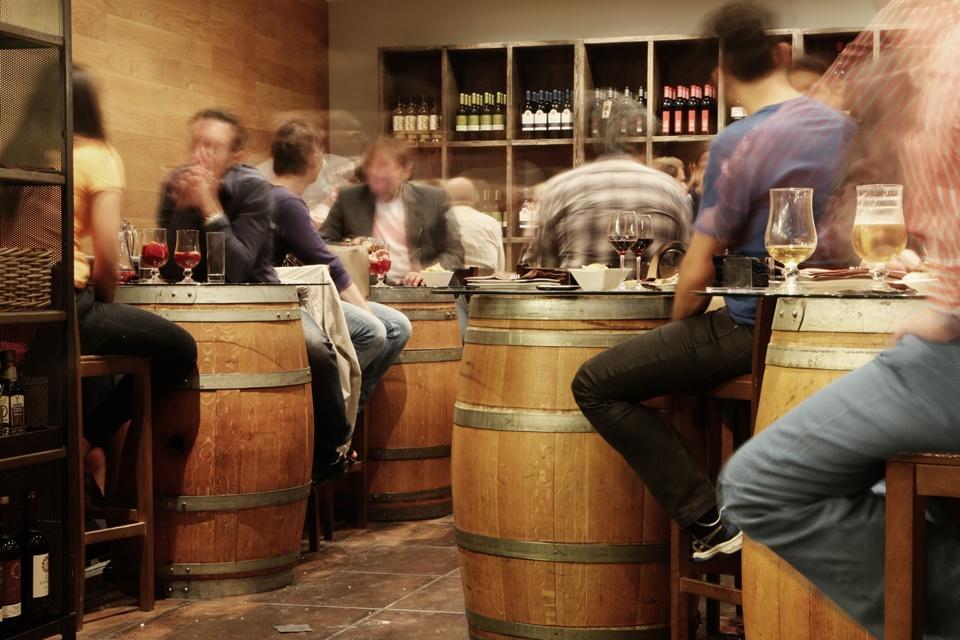 Imagem de Jovens sacam menos dinheiro e gastam mais em bares, aponta estudo no tecmundo