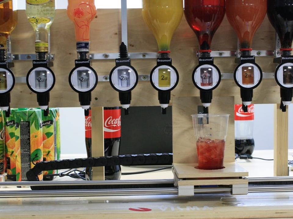 Imagem de Robô faz drinks complexos sozinho pode ser montado em sua casa no tecmundo