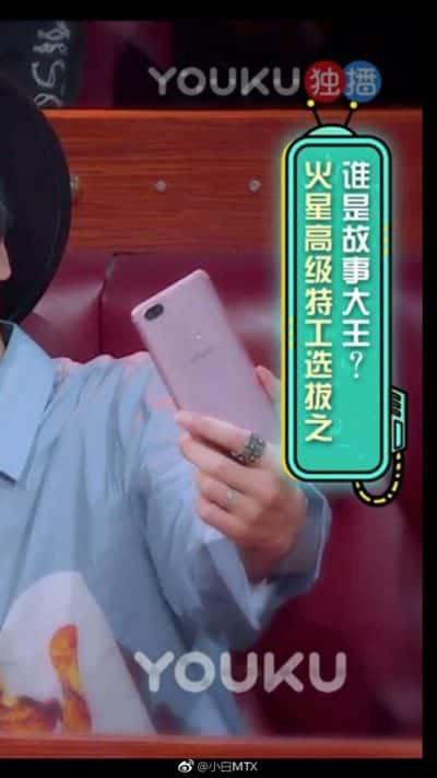 Uma mão segurando um celular