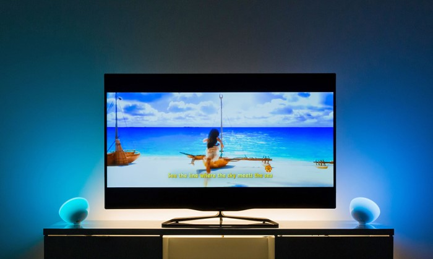 Uma tv tela plana
