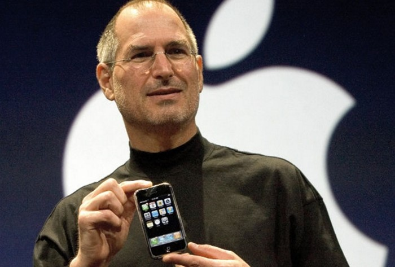 Steve Jobs segurando telefone.