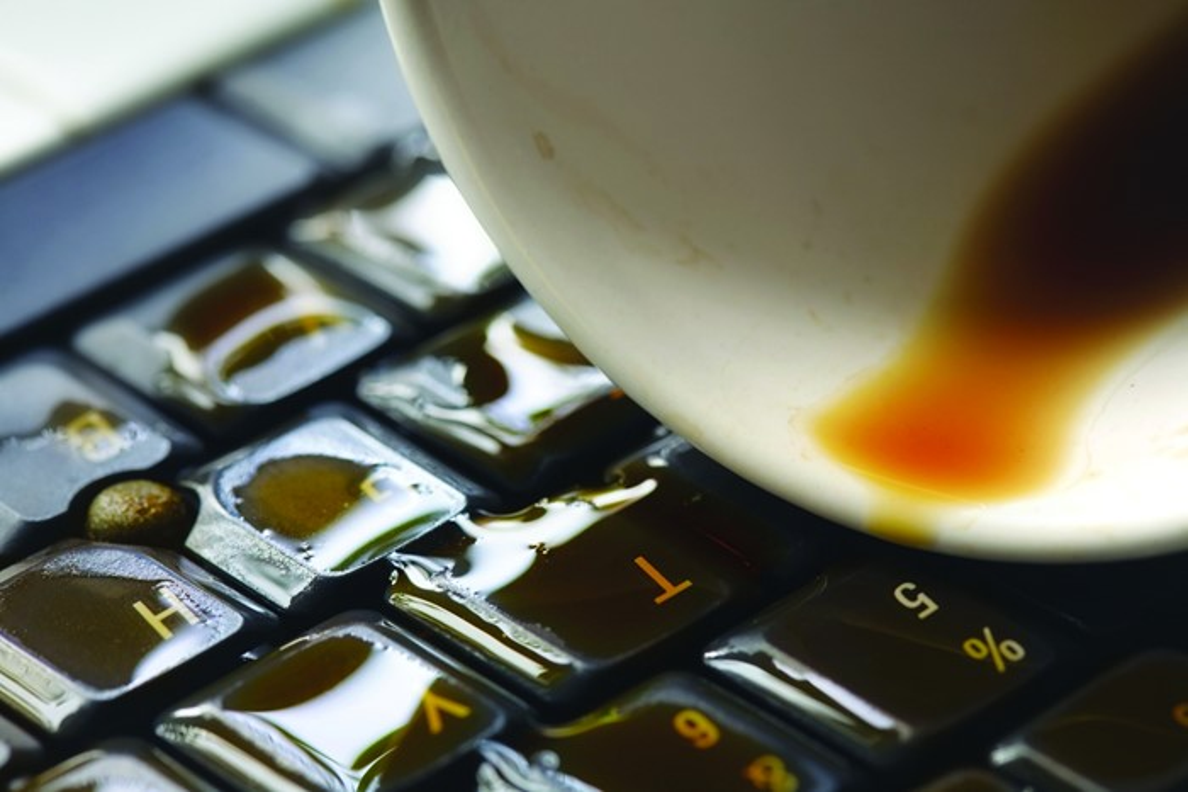 Um perto de uma xícara de café