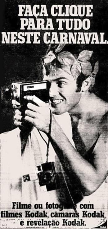 Um homem segurando uma câmera