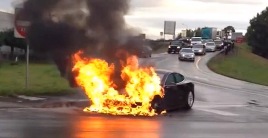 Um carro pegando fogo.