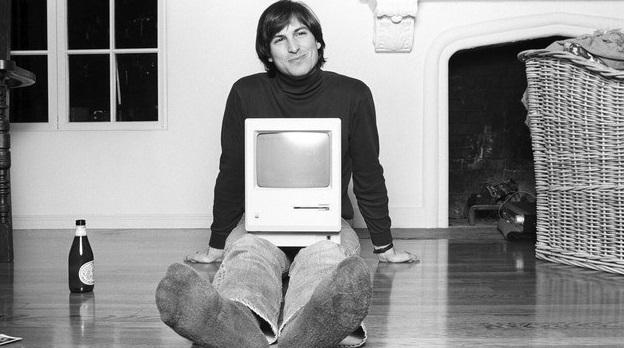 Steve Jobs segurando um Mac.