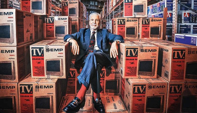Afonso Hennel rodeado de TVs.