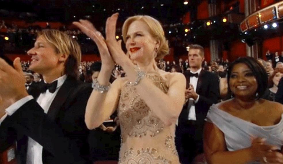 Nicole Kidman aplaudindo.