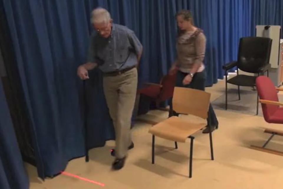 Imagem de Sapatos com laser ajudam pacientes com Parkinson a caminhar  no tecmundo