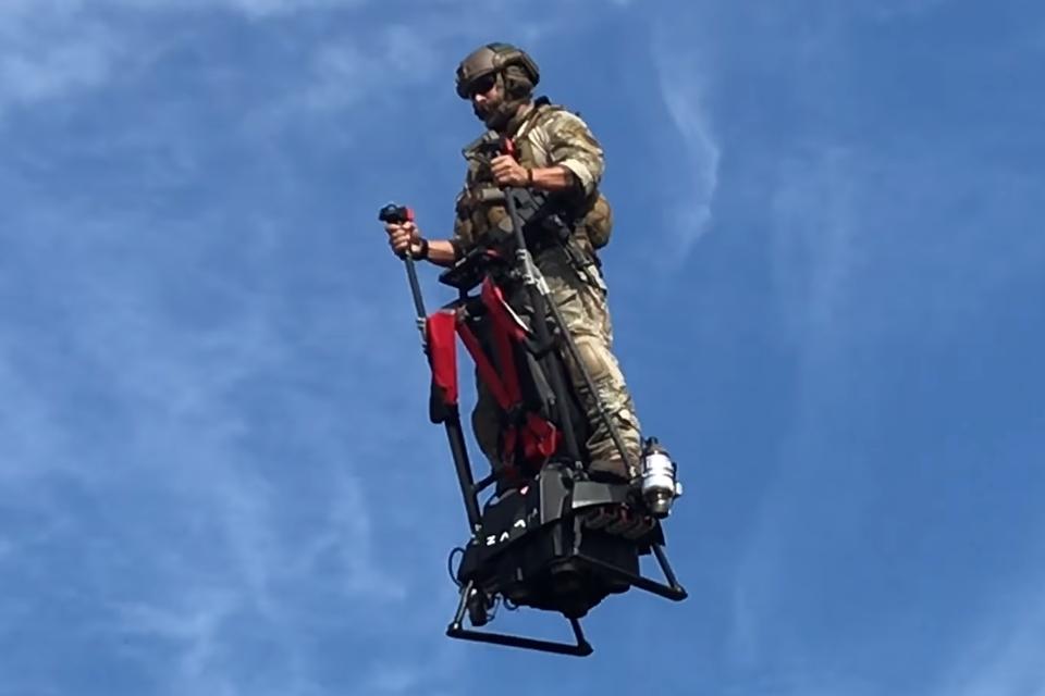 Imagem de Veja como é pilotar o novo hoverboard capaz de voar a até 3 km de altura no tecmundo