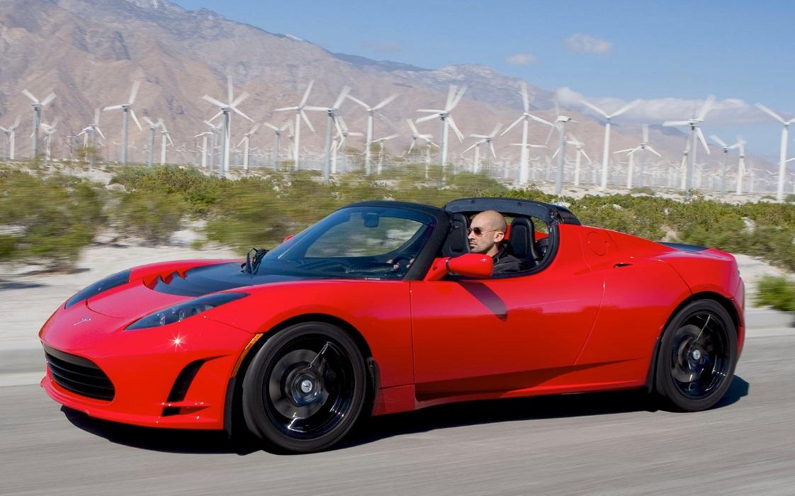 Um cara dirigindo um carro.