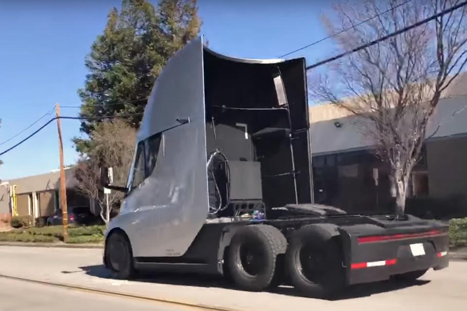 Imagem de Youtuber flagra poder de arranque do caminhão elétrico Tesla Semi no tecmundo