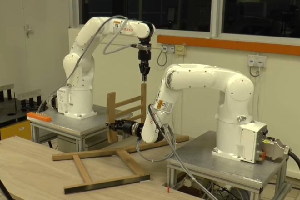 Imagem de Veja robôs montando móveis de forma quase autônoma no tecmundo