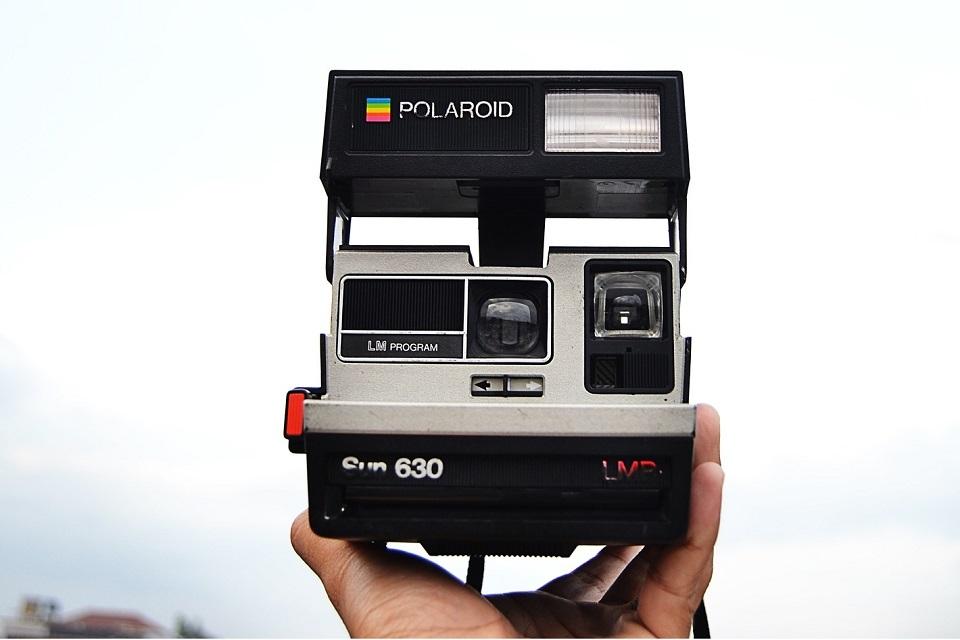 246dc045899b4 Esta câmera Polaroid foi modificada para imprimir em papel mais barato