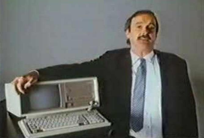 Uma pessoa abrançando um PC.